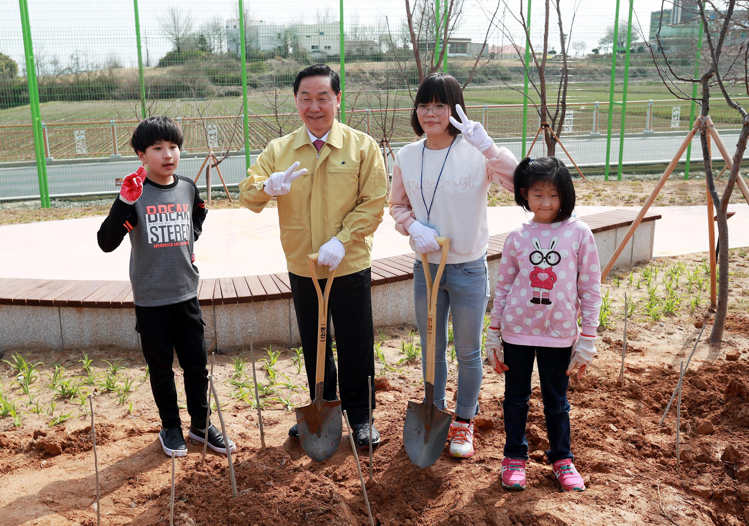 Deputy PM attends tree planting event 사진