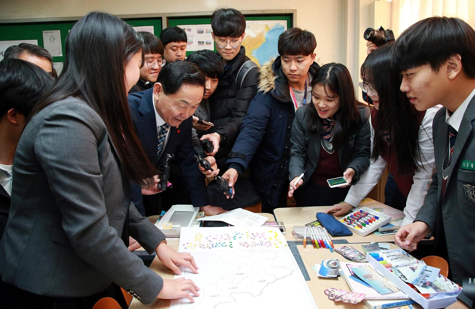 Deputy PM visits High School on the occasion of the announcement of High School Credit System 사진