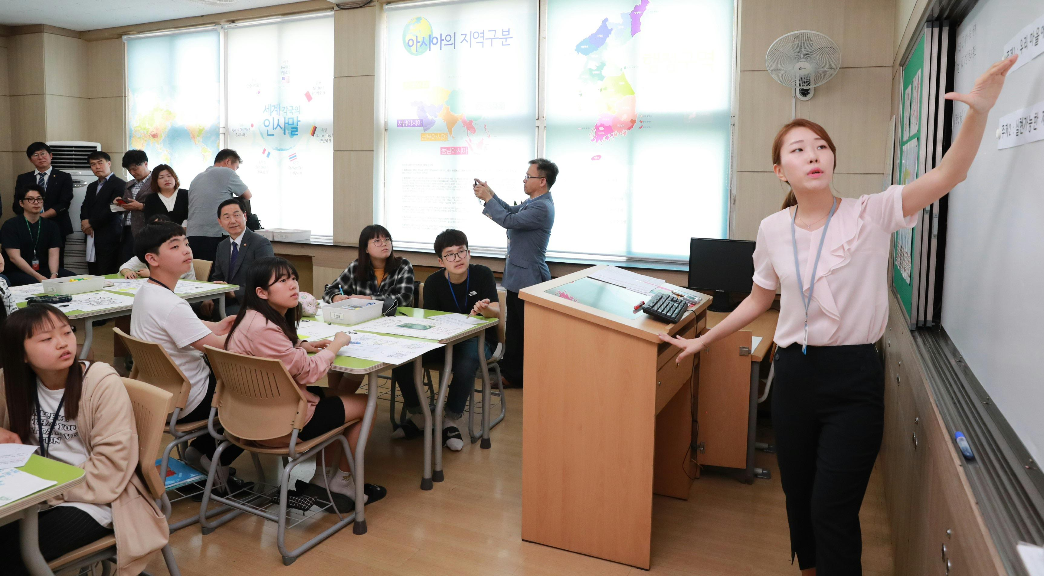 Deputy PM visits Samsung Middle School 사진