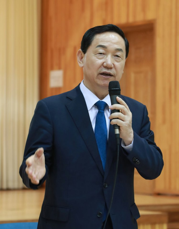 Deputy PM visits Shinyong Middle School to participate in democratic civic education 사진