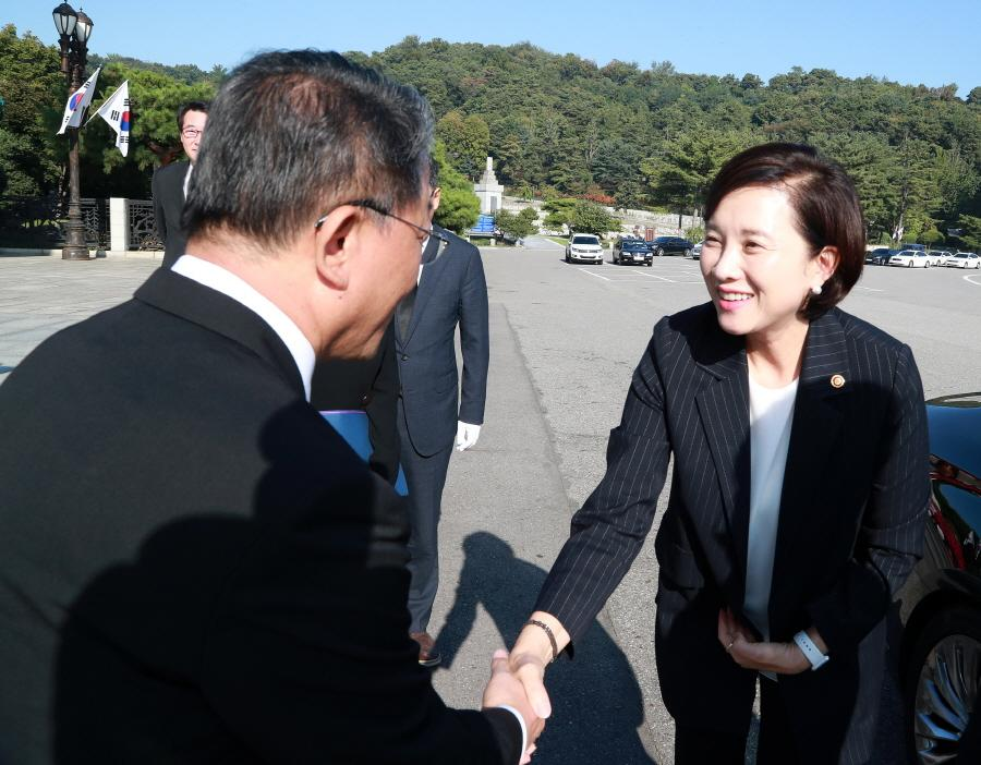 Deputy PM Minister of Education Yoo, Eun-He visits National Cemetery 사진