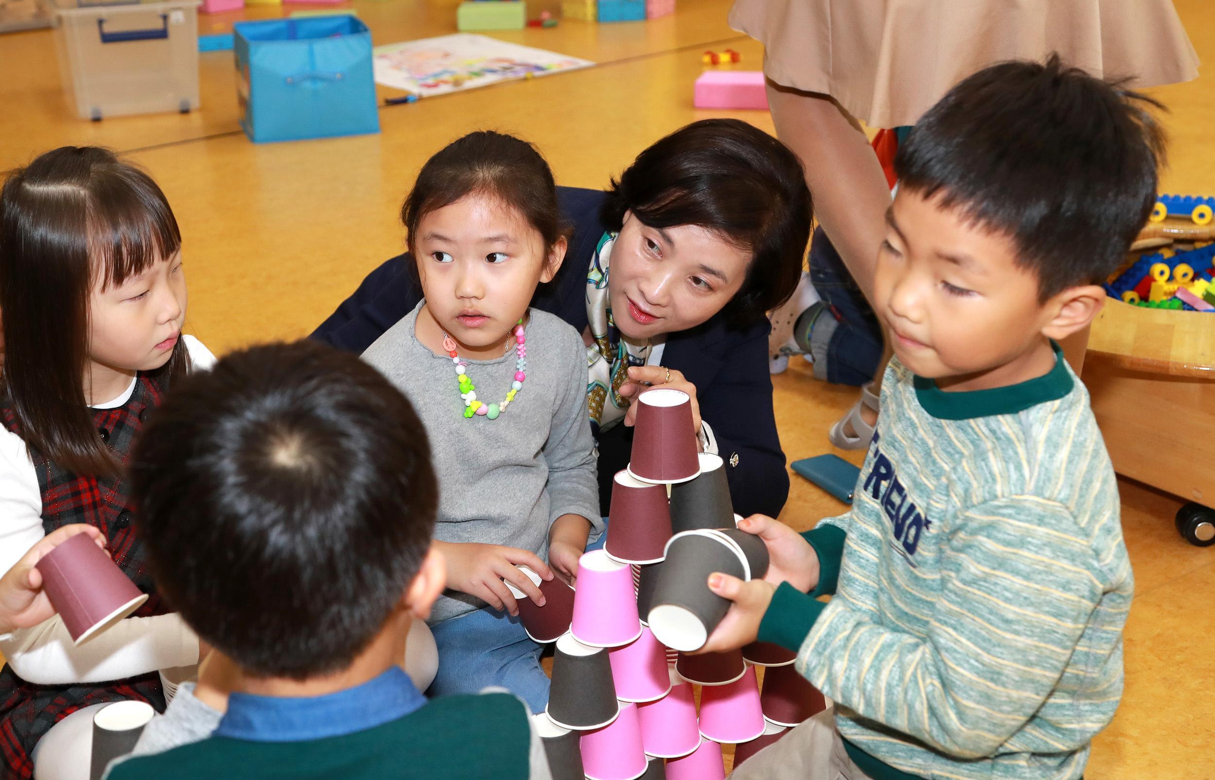 Deputy PM Yoo Eun-He visits Chamsaem Kindergarten Elementary School 사진
