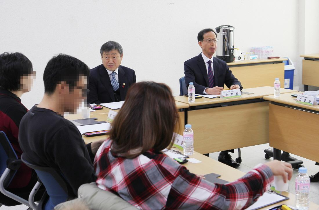 In a meeting with parents of private kindergarten, Vice-Minister listens to their opinions 사진