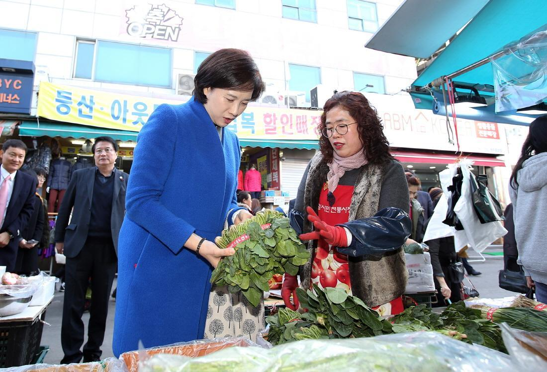 DP Minister Visits Wonju Traditional Market Child Welfare Facility 사진